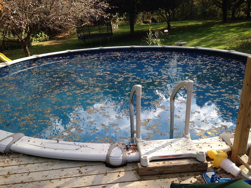 bazén plný listí