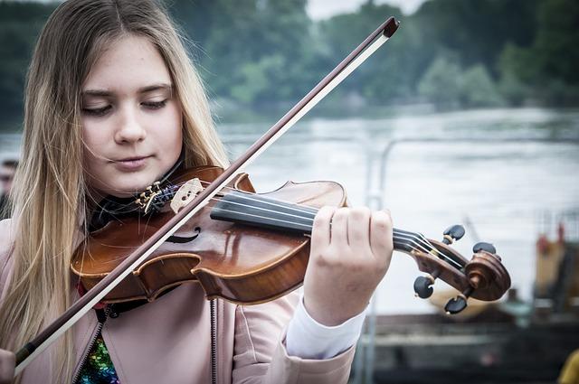 hrát na housle