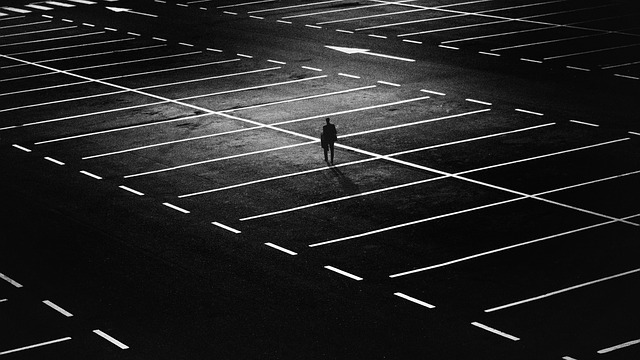 člověk na parkovišti