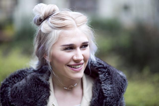 blondýna s drdolem