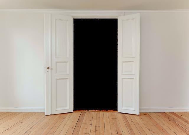 bílé interiérové dveře otevřené dokořán