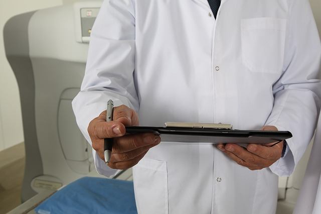 lékař v plášti