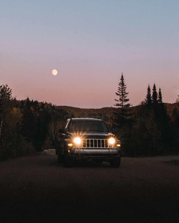 rozsvícené auto